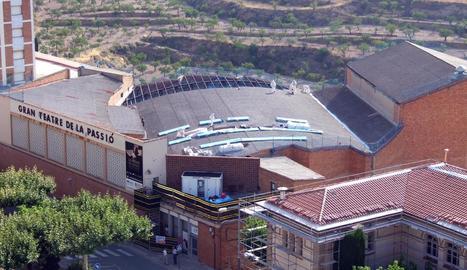 Els operaris treballant a la teulada del Gran Teatre de la Passió de Cervera.