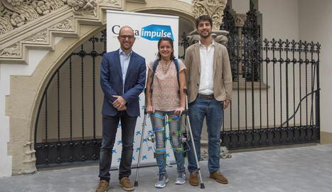 Font i Alfons Carnicero (investigador del grup), amb una jove que va mostrar l'ús de l'exosquelet en l'acte de concessió dels ajuts.