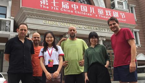 Els membres de La Baldufa, ahir davant del China International Children's Theatre de Pequín.