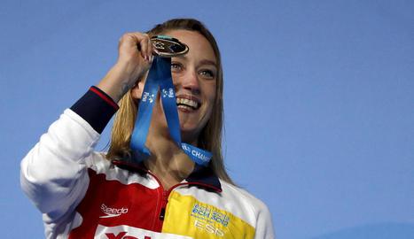 Mireia Belmonte mostra exultant al medalla d'or aconseguida en la seua prova preferida.