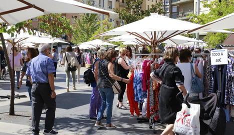 La Zona Alta va celebrar ahir el mercadillo de rebaixes d'estiu, amb una trentena de parades i descomptes de fins al 50%.