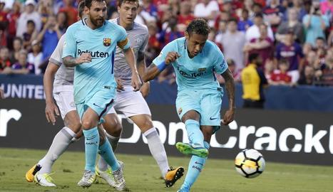 Neymar remata per anotar el gol del triomf sota la mirada atenta de Messi.