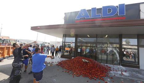 Munt de fruita davant del supermercat Aldi al costat de la LL-11