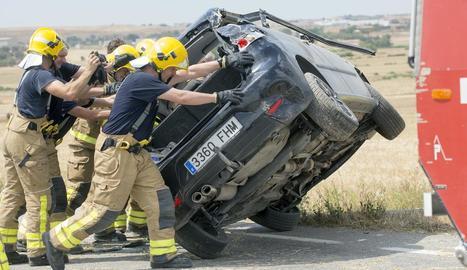 Bombers i efectius del SEM, ahir, treballant al lloc de l'accident, la carretera L-310 a Concabella, que va quedar tallada una hora.