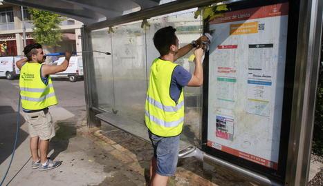 Neteja de les marquesines de les parades d'autobusos