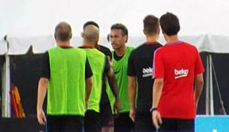 Neymar, en el moment d'encarar-se amb Semedo en presència de Mascherano, Rakitic i Iniesta.