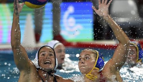 La nord-americana Rachel Fattal i l'espanyola Beatriz Ortiz, en plena lluita per una pilota.