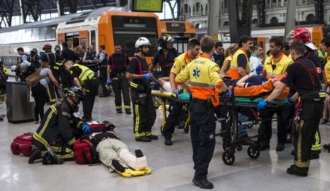Els equips d'emergències assisteixen els ferits pel xoc del tren ahir a l'estació de França, a Barcelona.