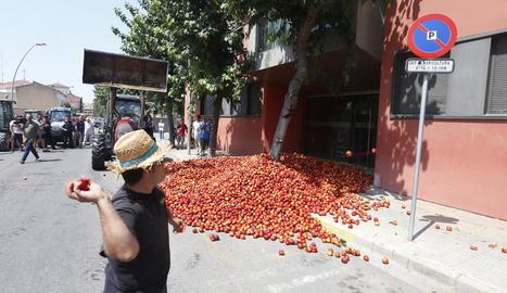 Els agricultors van descarregar milers de quilos de nectarines i van llançar ous davant del Lidl que es troba a l'Ll-11.