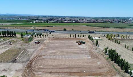 Els moviments de terra per a la construcció de l'obrador del grup Teresa Carles al polígon Vinyes del Mig de Bell-lloc d'Urgell.