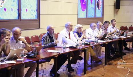 Fernández, al centre, amb membres del seu equip en l'últim consell de govern de la UdL.