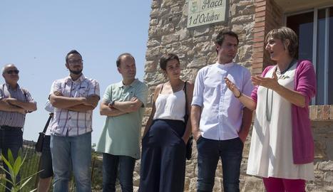 La diputada Alba Vergés (dreta) conversa amb l'alcalde de Montoliu de Segarra, Vicens Roig.