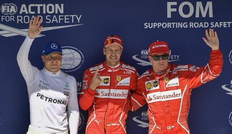 Vettel, flanquejat per Valtteri Bottas i el seu company a Ferrari Kimi Raikkonen.