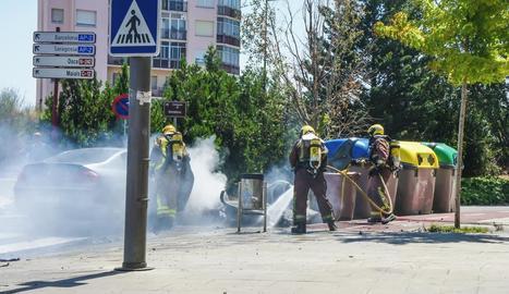 Efectius de Bombers ahir a l'avinguda Barcelona.