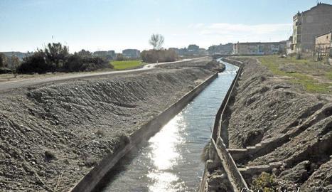 Un home de 42 anys mor ofegat al caure al canal a Alcarràs
