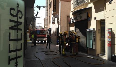 Efectius dels Bombers ahir a la gelateria de la plaça de la Sal afectada pel fum.