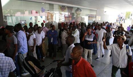 Molts senegalesos que resideixen en diferents municipis de Ponent van venir ahir a Lleida per votar.