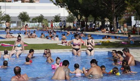 Usuaris ahir a les piscines municipals del barri de Balàfia.