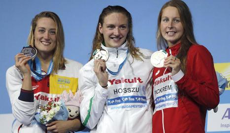 Mireia Belmonte mostra somrient la medalla amb l'hongaresa Hosszú i la canadenca Pickrem.