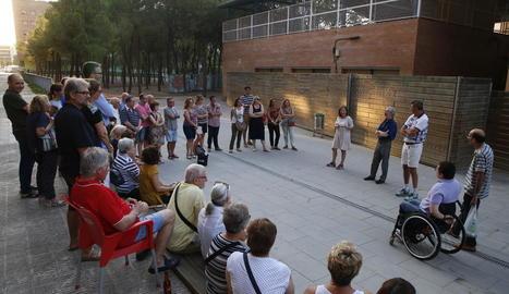 Els veïns van celebrar ahir una assemblea al carrer, al costat del col·legi Joc de la Bola.
