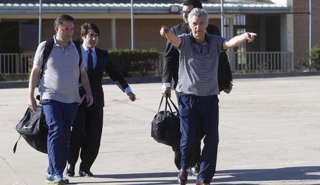 Ángel María Villar i el seu fill, en el moment d'abandonar ahir la presó de Soto del Real.