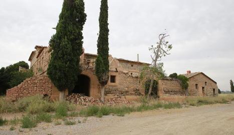 El despreniment a la teulada i les esquerdes s'aprecien en l'estructura de la casa.