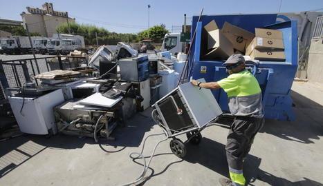 Un operari de l'actual deixalleria, al costat de les instal·lacions d'Ilnet, recollint electrodomèstics.