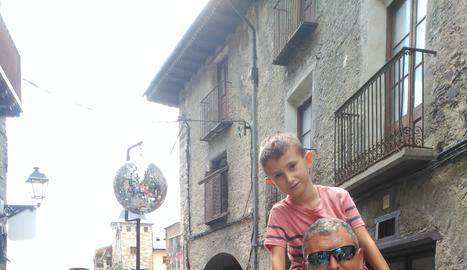 La família del guanyador al Festival d'Esterri.