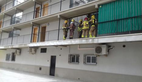 Bombers al balcó de l'habitatge.