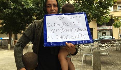 La dona del detingut amb els seus dos fills.