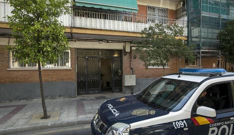 Imatge de l'edifici en el qual vivia el matrimoni i on presumptament la dona va ser assassinada.
