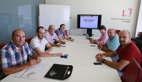 Imatge de la reunió mantinguda ahir a Lleida per representants del sector.