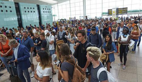 Imatge d'arxiu de les cues que van desbordar els controls de seguretat a l'aeròdrom del Prat.