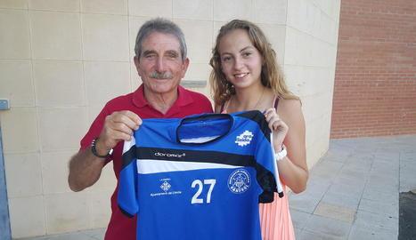 La nova jugadora de l'Associació posa amb la samarreta i el president del club, Francesc Berenguer.