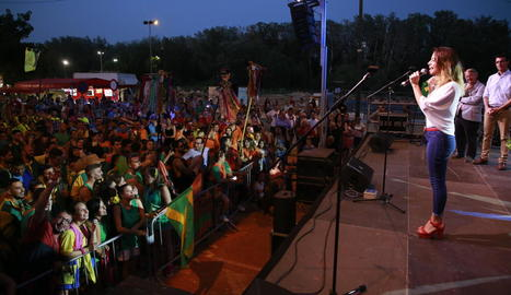 Un moment del pregó ahir de la presentadora lleidatana Ares Teixidó a les festes de Pardinyes davant de nombrosos assistents.