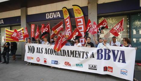 Els sindicats manifestant-se ahir en un BBVA de Lleida.