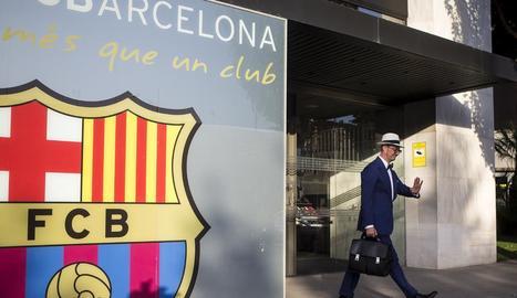 L'advocat de Neymar, Juan de Dios Crespo, abandona les oficines després d'abonar els 222 milions.