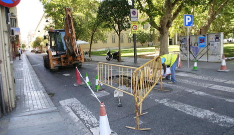 Obres de reparació del clot ahir a la tarda, amb el carrer tallat al trànsit.