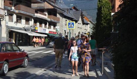 Turistes ahir als carrers de Vielha, un dels municipis declarats turístics a efectes comercials.