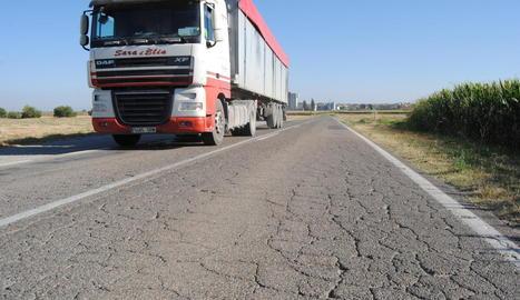 La carretera actual és estreta i hi ha trams en molt mal estat.