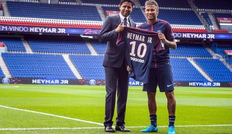Neymar, ahir al costat del president del PSG, Nasser al-Khelaïfi, amb la samarreta del nou equip.