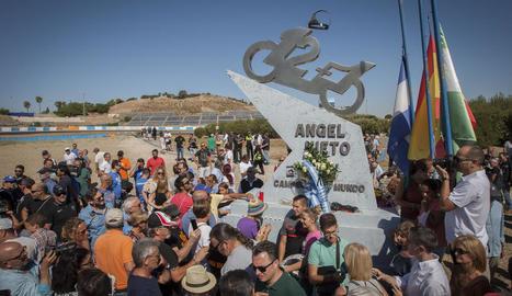 Desenes de persones van anar al circuit de Jerez per retre homenatge a Nieto davant la seua escultura.