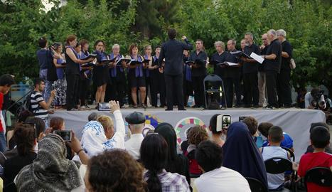 Un moment de l'actuació de la coral a la plaça principal de Kypseli, barri atenès d'immigrants.