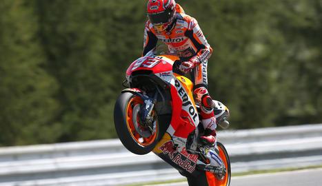 Marc aixeca la moto per celebrar la 'pole' número 69 de la seua carrera al Mundial.