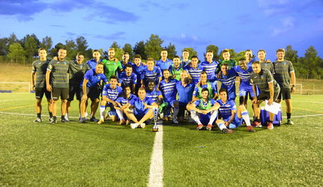 La plantilla i tècnics del Lleida Esportiu posen amb el trofeu conquerit ahir al Santboià.