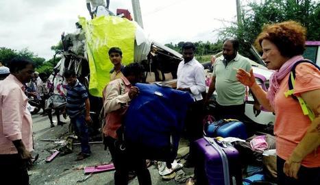 Vista de l'accident entre el microbús i un camió a l'Índia on van morir quatre espanyols.
