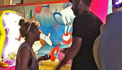 Piqué i Shakira, conversant amb veïns dissabte a la festa major de Sant Guim de Freixenet.