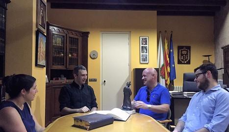 Guinovart, divendres a Solsona, en el moment de firmar al llibre d'honor de l'ajuntament.