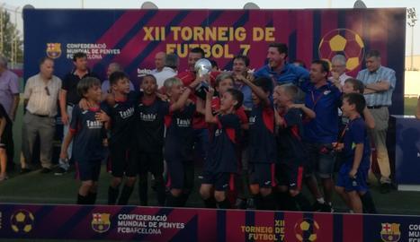 Els jugadors de l'Artesa de Segre celebren la consecució de la Copa.