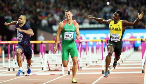 Omar McLeod creua la línia de meta vencedor al costat de l'hongarès Balazs Baji, que va ser bronze.